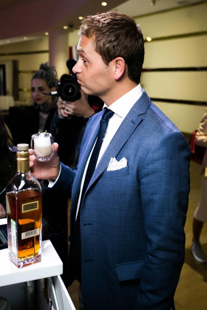 Давид Риос оценивает напиток финалиста на национальном финале