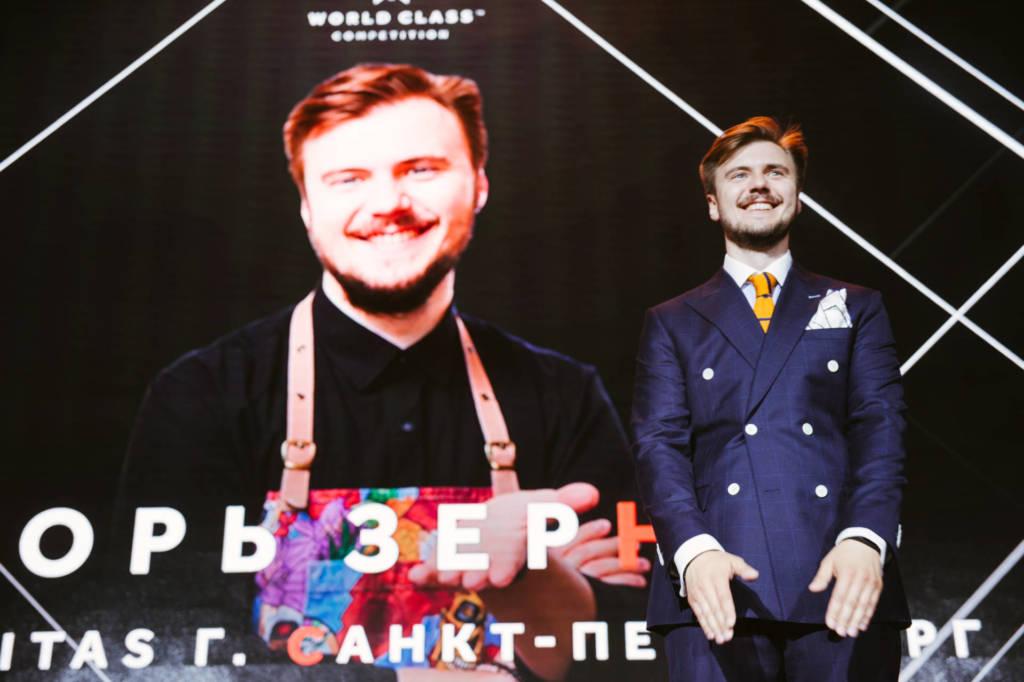 Зернов на сцене на церемонии награждения в России